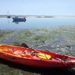 Le kayak sur le tatch avec au fond le bateau