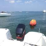 Le kayak tiré par le bateau